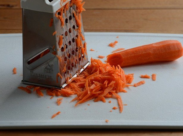 На фото морковка