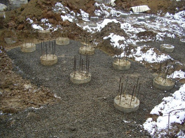 На фото фундамент на буронабивных сваях
