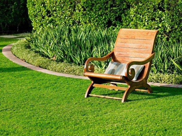 На фото газон из искусственной травы