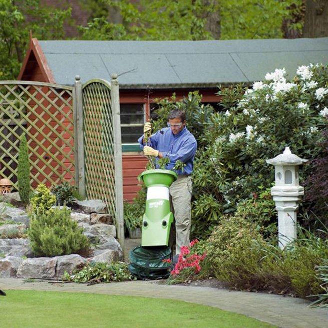 На фото измельчитель травы садовый