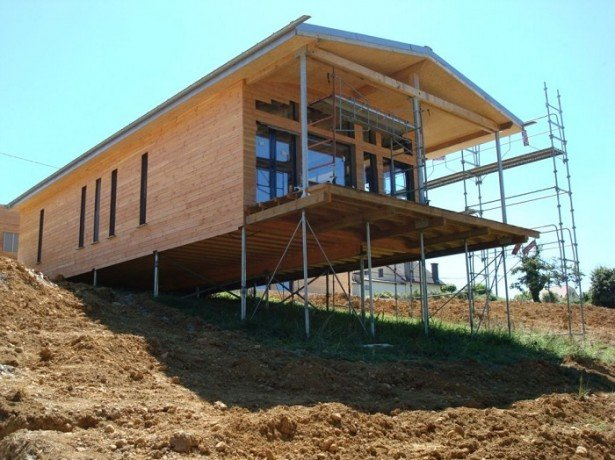 На фото дом на винтовом фундаменте