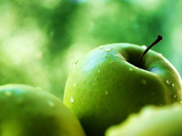 На фотографии зеленые яблоки