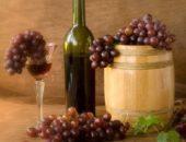 На фото виноград и вино