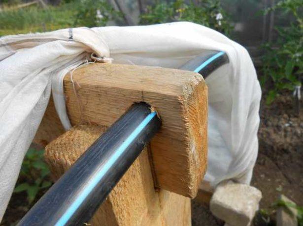 Дуги, продетые в деревянное крепление