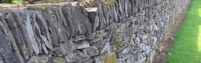 Как сделать каменный забор своими руками?