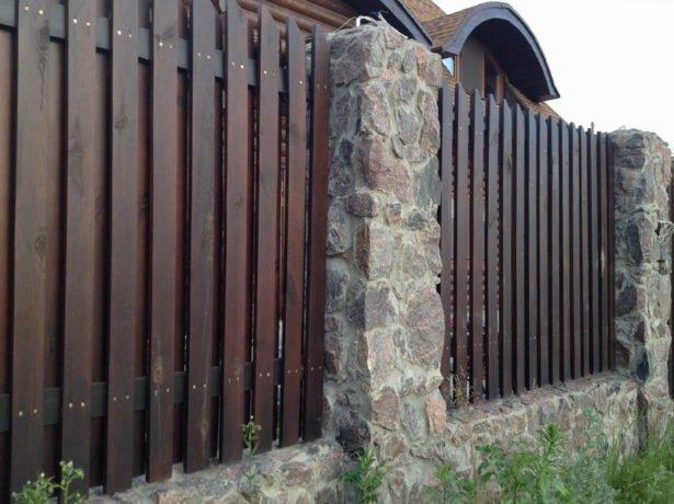 Забор из камня и дерева