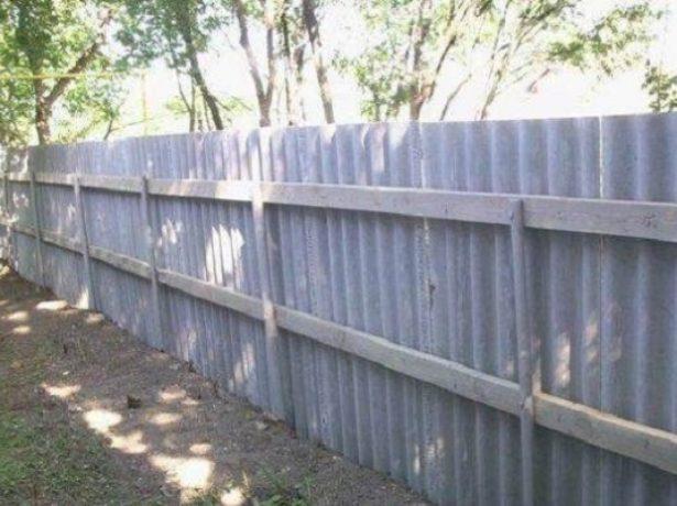 Забор из шифера с деревянными рейками