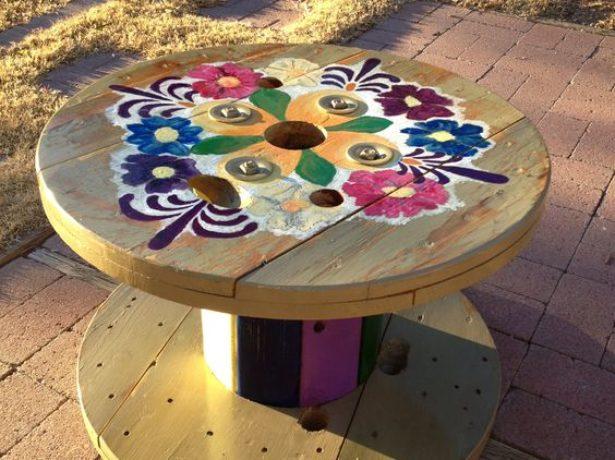 Дизайнерский столик из катушки для дачи