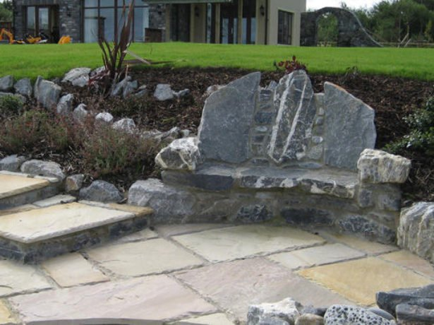 Оригинальная скамейка из камня