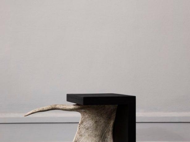 Оригинальный стол в охотничем стиле с рогом лося