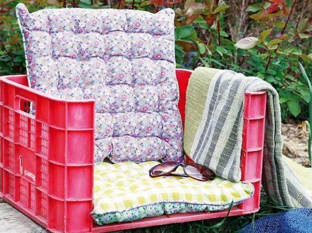 Интересное кресло выполнено из пластикового ящика