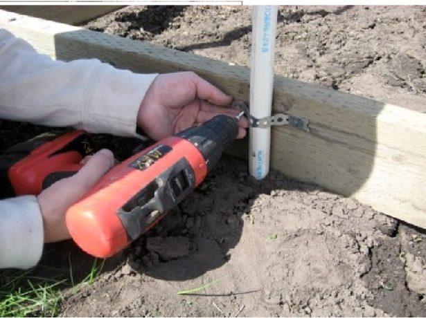 Закрепление дуг из ПНД материала к деревянному основанию