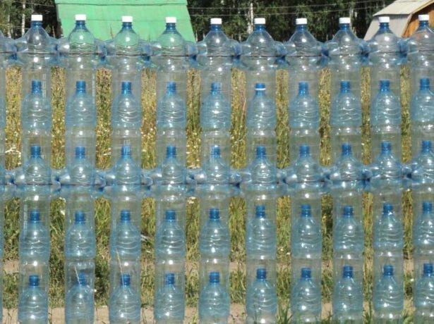Забор из пластиковых бутылок на проволоке