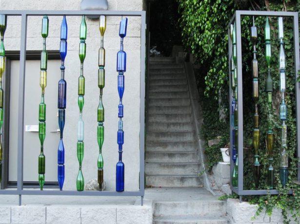 Декоративный забор из стеклянных бутылок