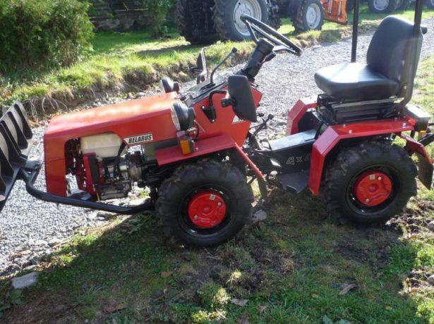 Мини-трактор на поле