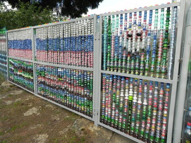 Забор из пластиковых бутылок на каркасе