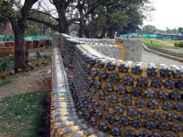 Монолитный забор из пластиковых бутылок
