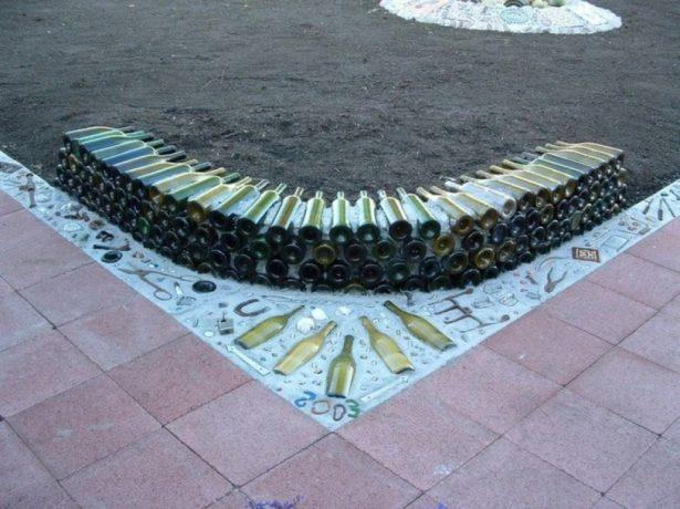 Монолитный забор из стеклянных бутылок