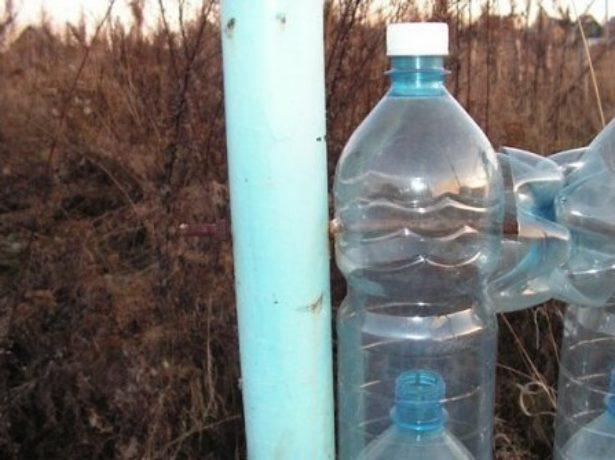 Забор из бутылок на проволоке