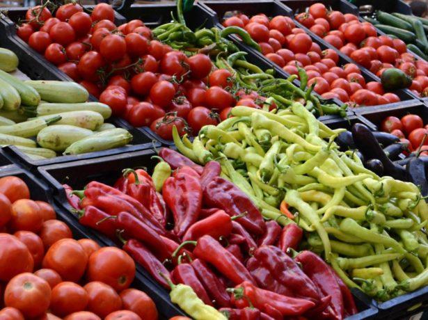 Овощи и фрукты на прилавке