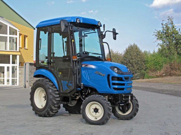 Мини-трактор во дворе