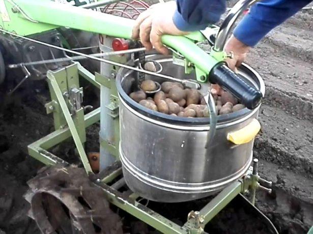 Самодельная мини-сажалка для картофеля