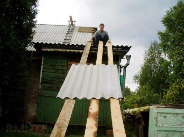 Подъём шифера на крышу