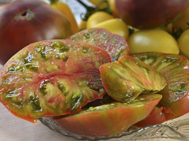 Плоды томата Чёрный ананас в разрезе
