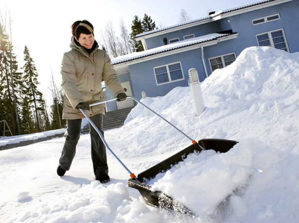 Уборка снега скребком
