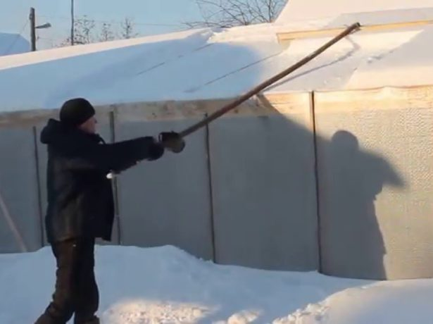 Уборка снега шваброй