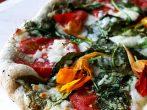 Пицца с листьями и цветами настурции