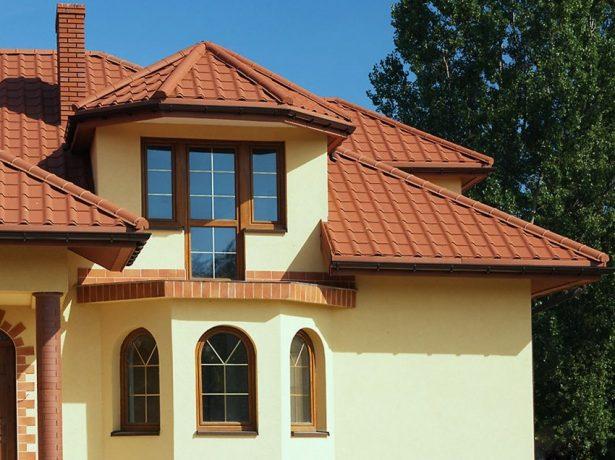 Вальмовая крыша с эркером, покрытая металлочерепицей