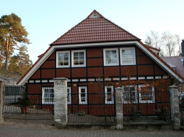 Дом с полувальмовой мансардной крышей