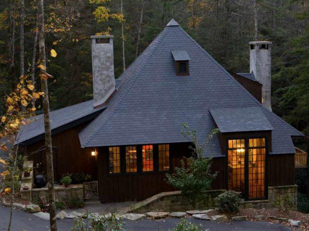 Дом с усложнённой шатровой крышей