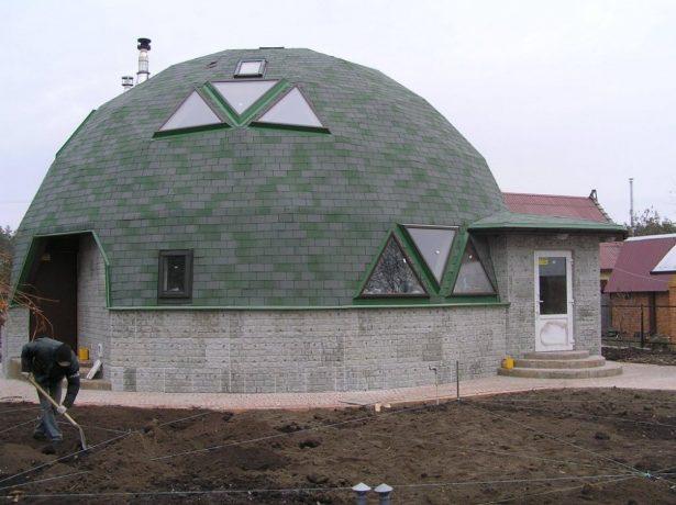 Дом с купольной мансардной крышей