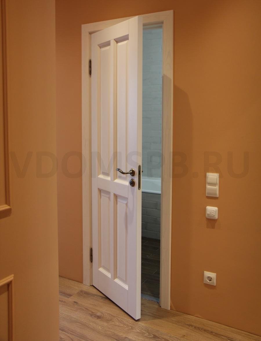 Белая дверь из массива сосны и персиковые стены