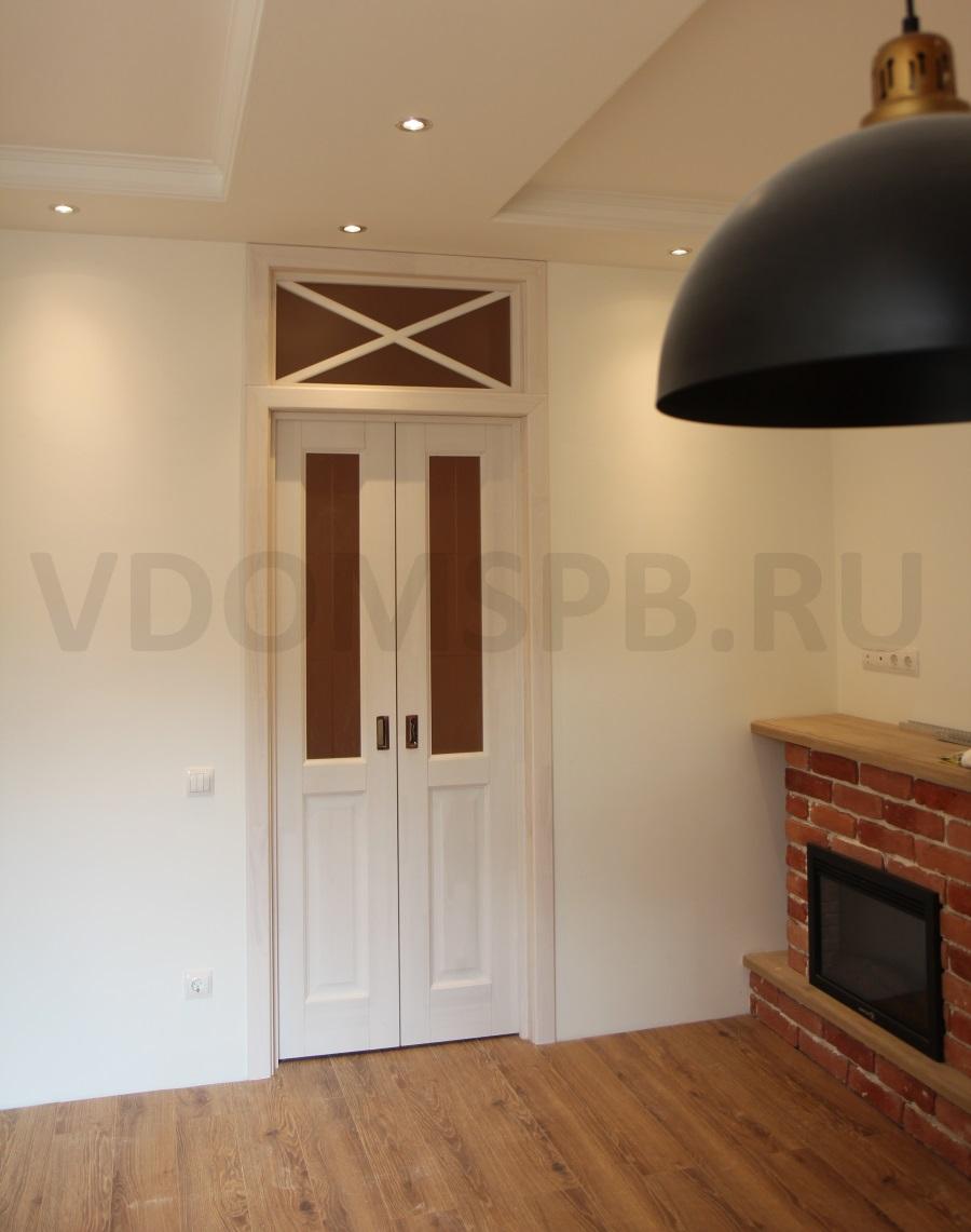 белая двустворчатая дверь с фрамугой в гостинной