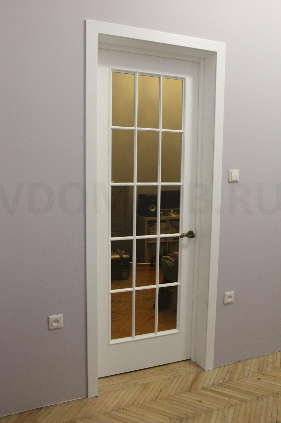 Белая крашенная дверь с английской решеткой и крашенные стены