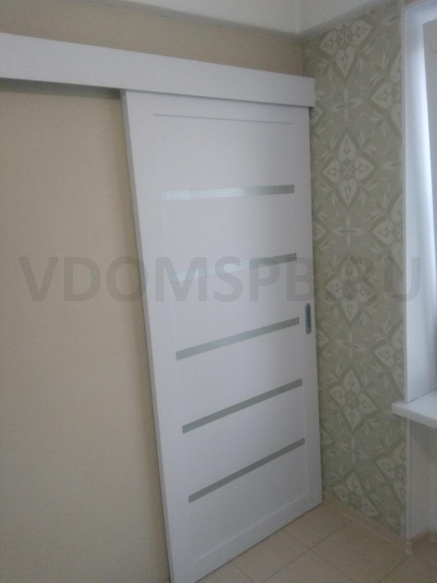 Белая раздвижная дверь в современном дизайне