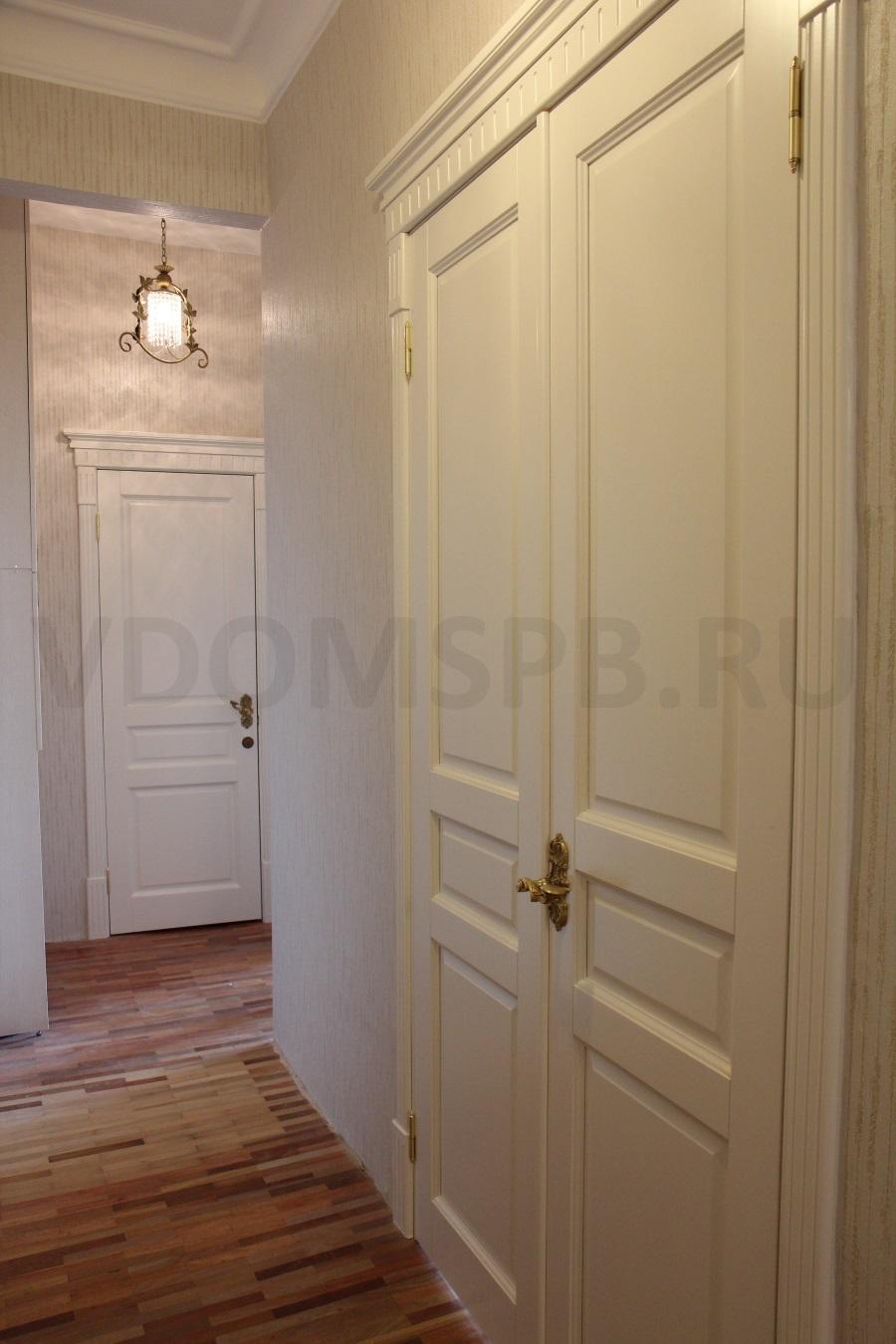 белые двери из массива ольхи с капителями и декоративными элементами