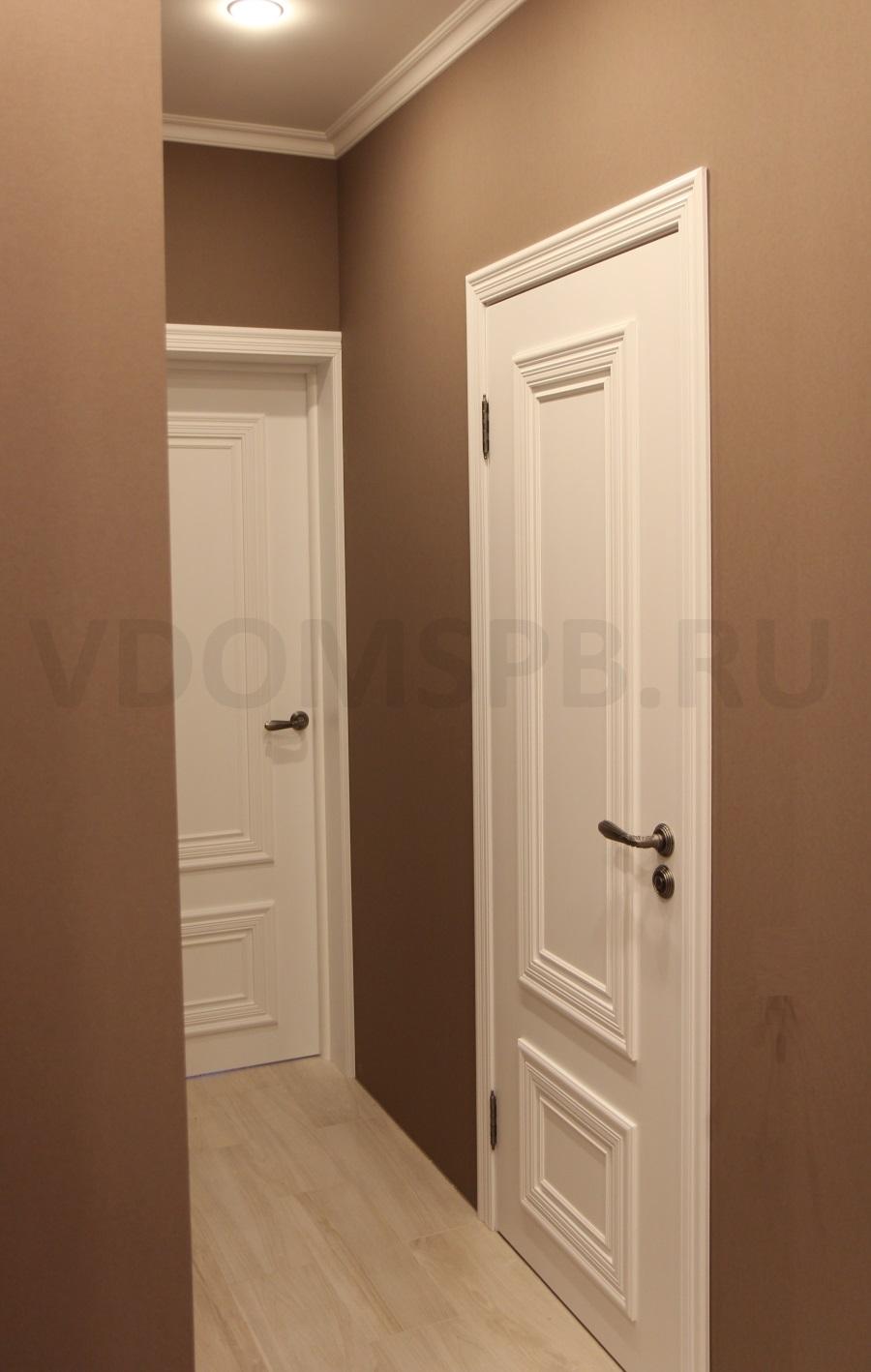 белые двери светлый пол коричневые стены