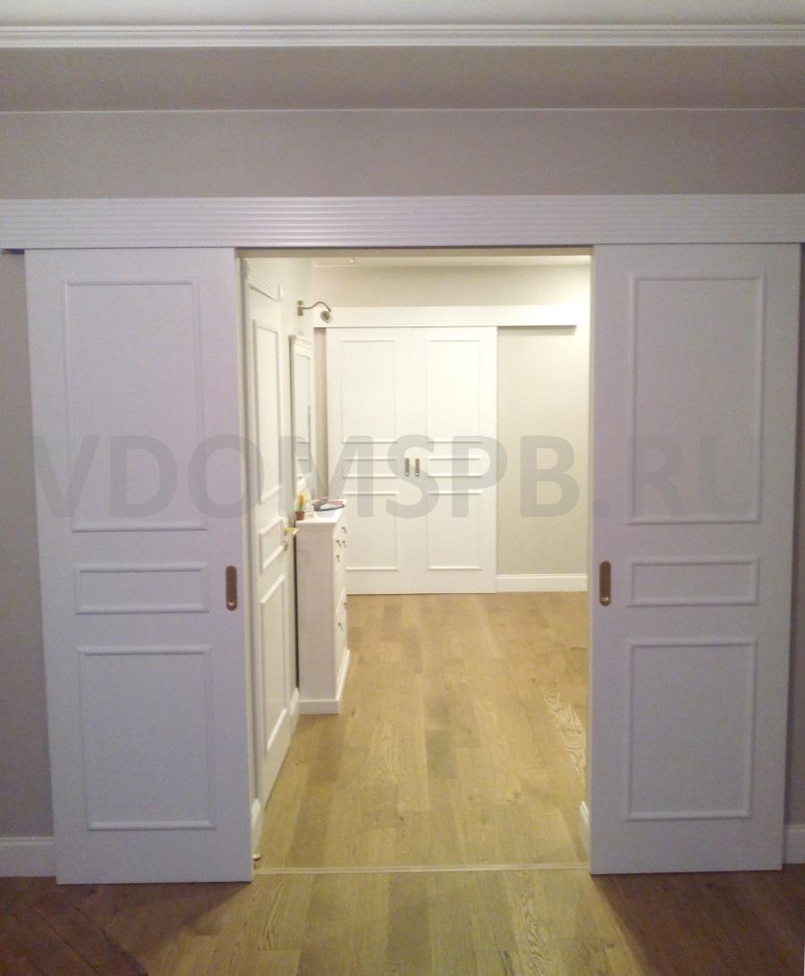 две белые двустворчатые раздвижные двери