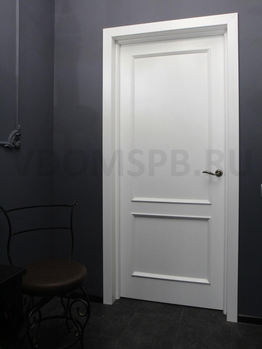 очень темные стены и пол и белая дверь
