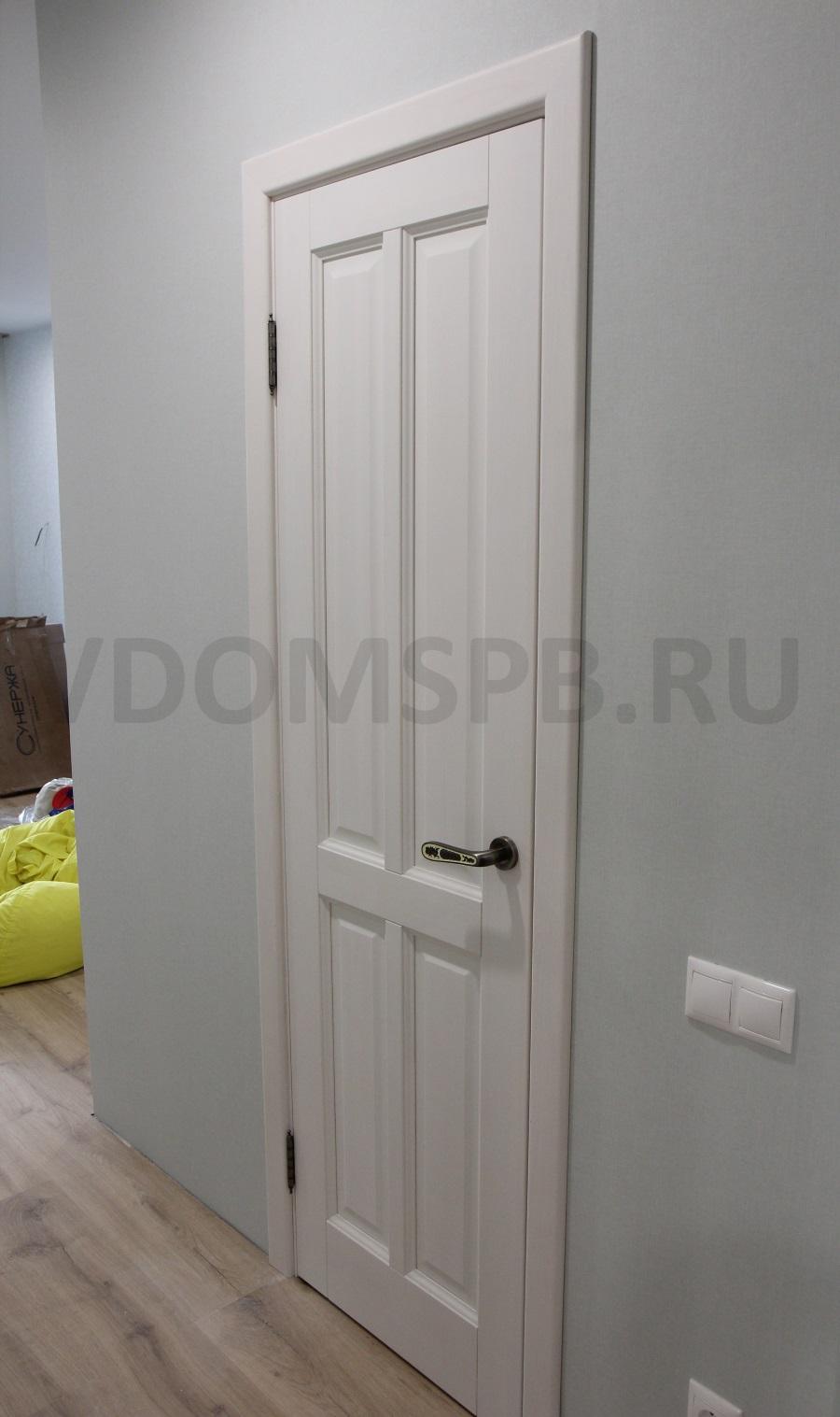 сосновая дверь и бледноголубые стены
