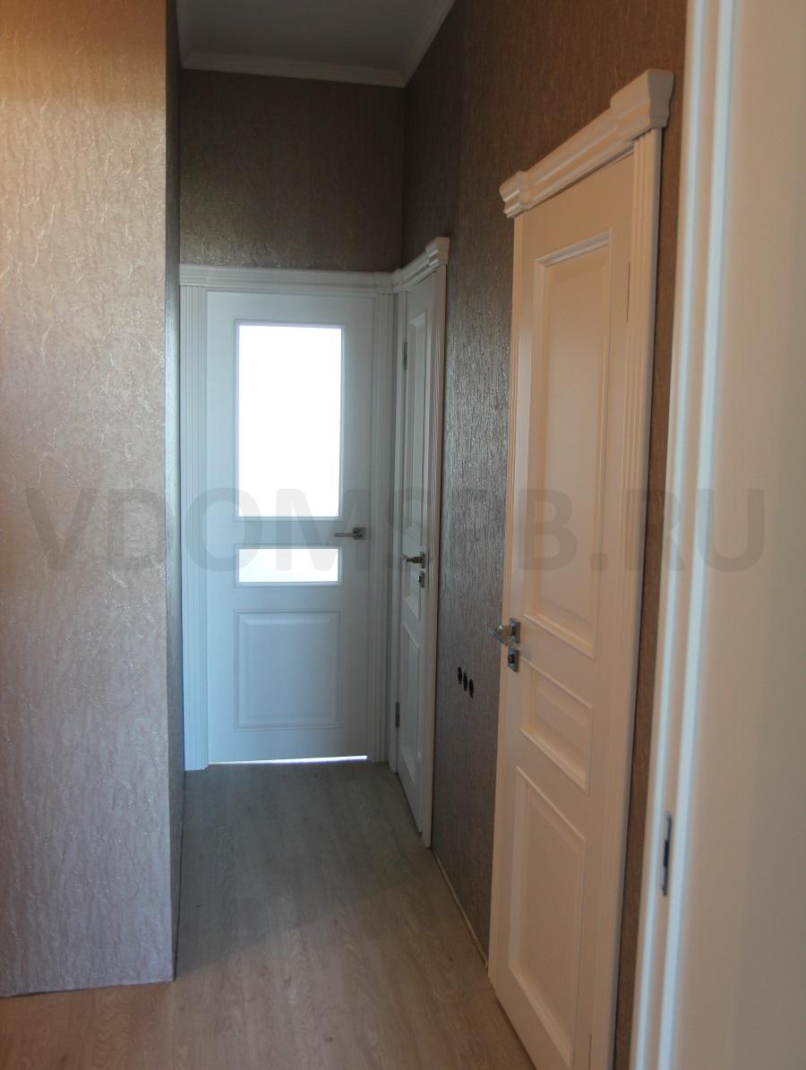 Двери в белой эмали с резными наличниками и карнизом
