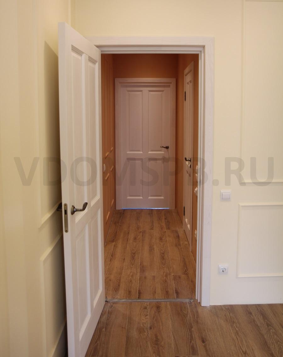 белая дверь желтые стены