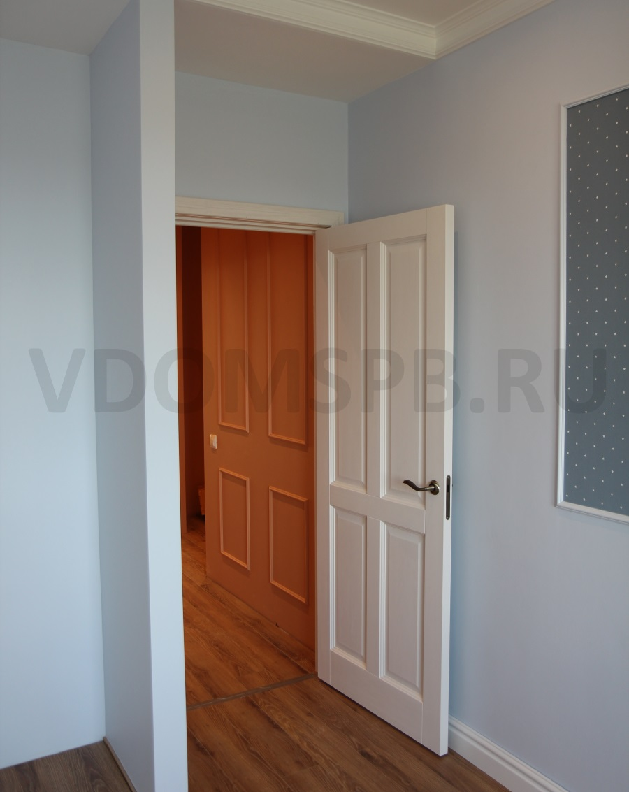 Белая дверь и стены, окрашенные в голубой цвет