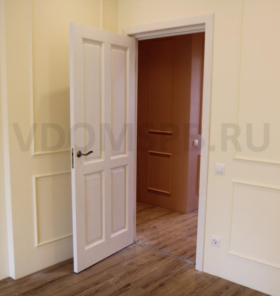 белая дверь и стены окрашенные в молочный цвет