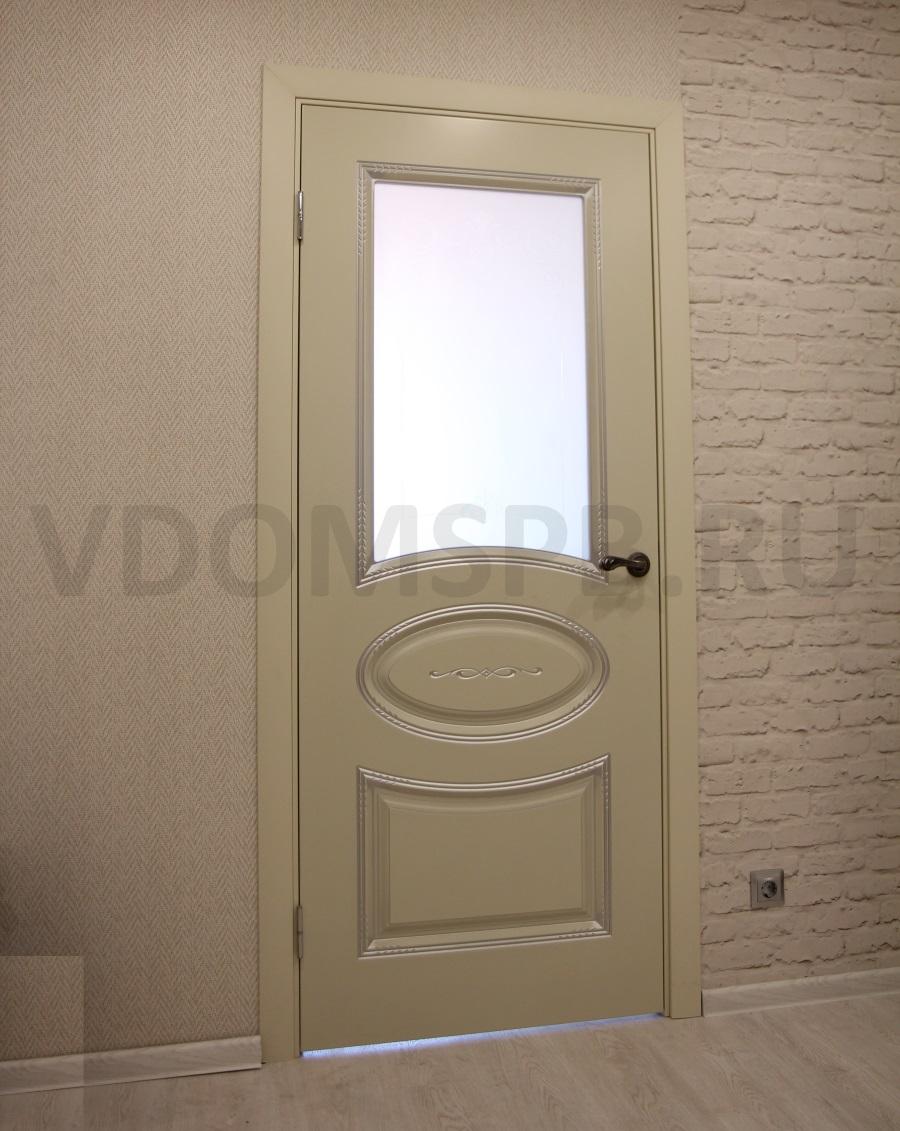 Белая дверь с патиной и росписью