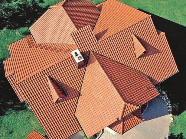 Вид сверху на многощипцовую крышу